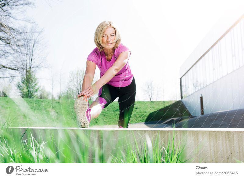 Dehnung Lifestyle Freizeit & Hobby Fitness Sport-Training Frau Erwachsene Weiblicher Senior 60 und älter Stadt Sportbekleidung Turnschuh blond festhalten