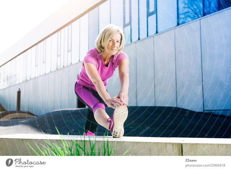und ein letztes Mal Lifestyle Sport Fitness Sport-Training Frau Erwachsene 45-60 Jahre Sonne Sonnenlicht Sommer Schönes Wetter Stadt Turnschuh blond festhalten