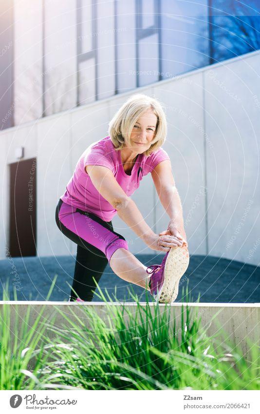 stretching Lifestyle elegant Stil Sport Fitness Sport-Training Yoga Frau Erwachsene Weiblicher Senior 60 und älter Stadt blond Lächeln sportlich schön natürlich