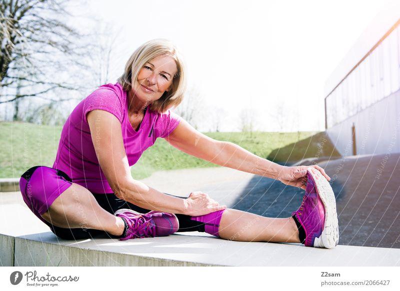 Stretching Lifestyle elegant Stil Sport Fitness Sport-Training Yoga Frau Erwachsene Weiblicher Senior 60 und älter Stadt blond Erholung Lächeln sportlich