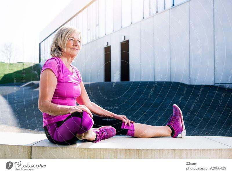fit bleiben Lifestyle Sport Fitness Sport-Training Frau Erwachsene Weiblicher Senior 45-60 Jahre Sommer Schönes Wetter Stadt Turnschuh blond Erholung Lächeln