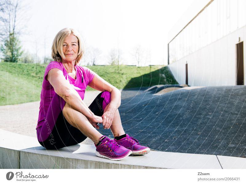 Sportliche Frau beim Outdoor-Sport Lifestyle elegant Stil Weiblicher Senior 60 und älter Stadt Sportbekleidung Turnschuh blond alt Erholung Lächeln Glück trendy