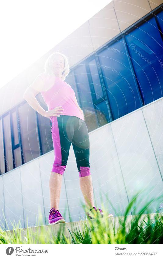 tough Lifestyle elegant Stil Sport Fitness Sport-Training Frau Erwachsene Weiblicher Senior 60 und älter Natur Sonne Sonnenlicht Sommer Schönes Wetter Stadt