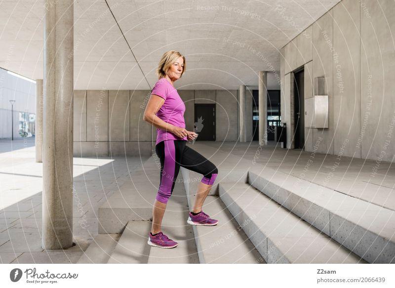 stylerin elegant Stil Sport Fitness Sport-Training Frau Erwachsene Weiblicher Senior 45-60 Jahre Stadt Architektur Mode blond Lächeln stehen sportlich Coolness