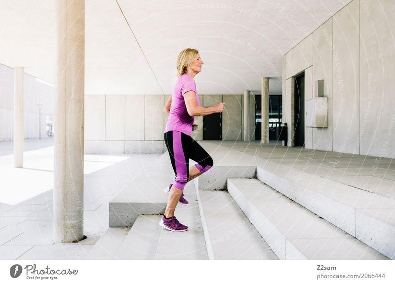 Aufsteiger Lifestyle Sport Fitness Sport-Training Sportler Joggen Frau Erwachsene 45-60 Jahre Sommer Schönes Wetter Stadt Turnschuh blond Bewegung Lächeln