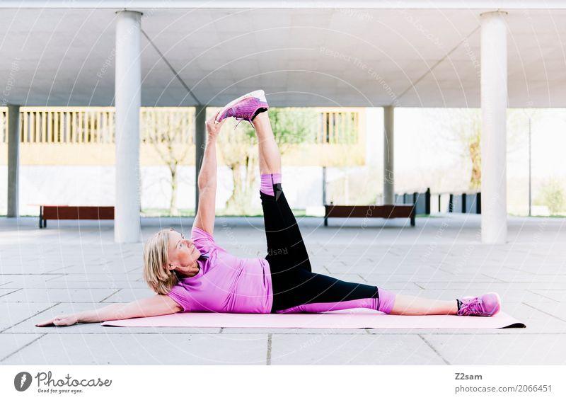 hoch das Bein Lifestyle Freizeit & Hobby Fitness Sport-Training Yoga Frau Erwachsene Weiblicher Senior 45-60 Jahre Stadt Turnschuh blond Erholung Lächeln liegen