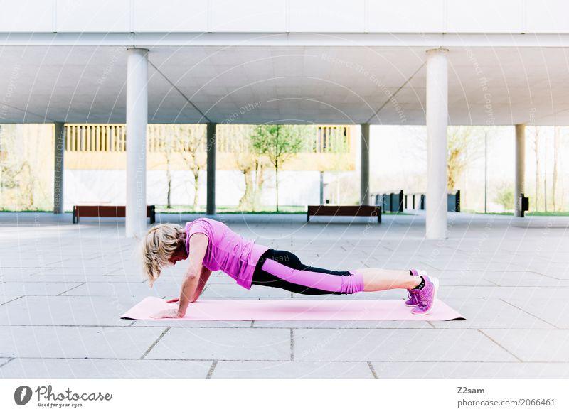 Liegestütz Lifestyle Sport Fitness Sport-Training Yoga Frau Erwachsene Weiblicher Senior 45-60 Jahre Stadt Turnschuh blond Bewegung festhalten sportlich schön