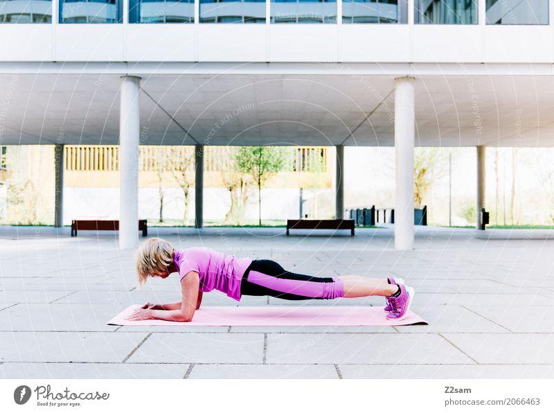 Spannung Lifestyle Freizeit & Hobby Sport Fitness Sport-Training Yoga Frau Erwachsene Weiblicher Senior 60 und älter Stadt Sportbekleidung Turnschuh blond