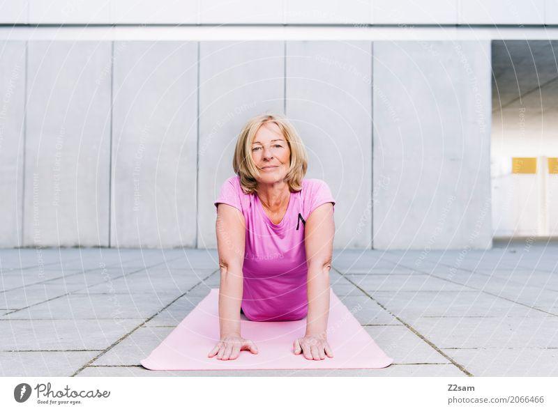 60 ist sie neue 50 Freizeit & Hobby Sport Fitness Sport-Training Yoga Frau Erwachsene Weiblicher Senior 60 und älter Stadt Platz Erholung Lächeln alt ästhetisch