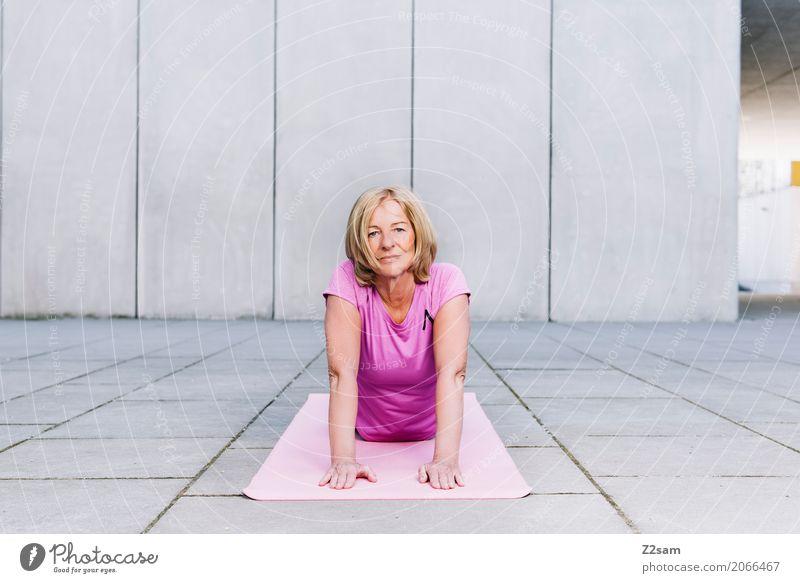 yoga Lifestyle Sport Fitness Sport-Training Yoga Frau Erwachsene Weiblicher Senior 45-60 Jahre Stadt blond Erholung Lächeln sportlich Gesundheit schön modern