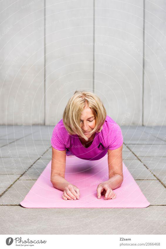 hoch den p... Lifestyle elegant Stil Freizeit & Hobby Sport Fitness Sport-Training Weiblicher Senior Frau 60 und älter Stadt blond atmen Erholung festhalten