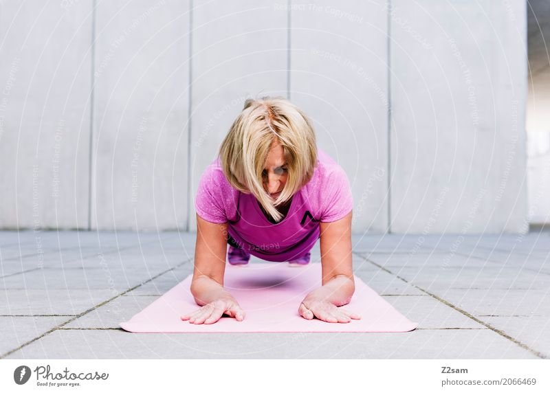 Haltung! Lifestyle Freizeit & Hobby Sport Fitness Sport-Training Frau Erwachsene Weiblicher Senior 60 und älter Stadt Sportbekleidung blond Erholung festhalten