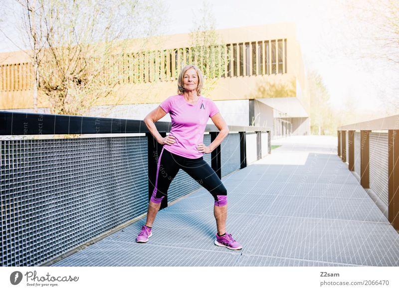 taff Frau Stadt schön Erwachsene Lifestyle Senior Gesundheit Bewegung Sport Gesundheitswesen rosa Freizeit & Hobby blond Kraft 45-60 Jahre stehen