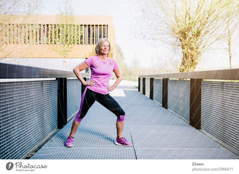 stretching Lifestyle Freizeit & Hobby Fitness Sport-Training Dehnübung Frau Erwachsene Weiblicher Senior 60 und älter Sonne Sonnenlicht Sommer Schönes Wetter