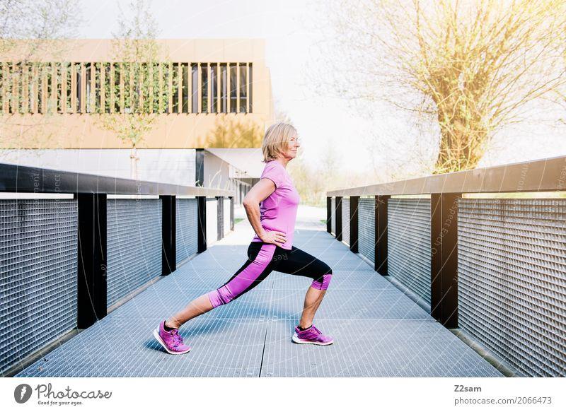 stretching Lifestyle Sport Fitness Sport-Training Yoga Dehnübung Frau Erwachsene 60 und älter Senior Sonne Sommer Schönes Wetter Stadt Sportbekleidung Turnschuh
