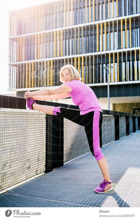 stretching Frau Stadt schön Erwachsene Lifestyle Senior Gesundheit Sport rosa Freizeit & Hobby Zufriedenheit blond Kraft 60 und älter Lächeln Lebensfreude