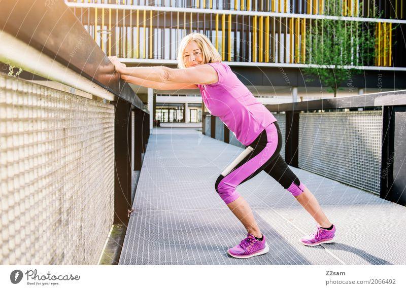 stretching Lifestyle Freizeit & Hobby Sport Fitness Sport-Training Frau Erwachsene Weiblicher Senior 60 und älter Sonne Sommer Stadt Sportbekleidung blond