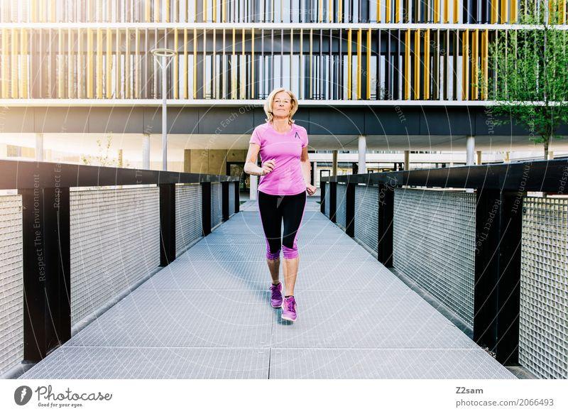 Running, always running Lifestyle Freizeit & Hobby Sport Fitness Sport-Training Joggen Frau Erwachsene Weiblicher Senior 60 und älter Sonne Sonnenlicht Sommer