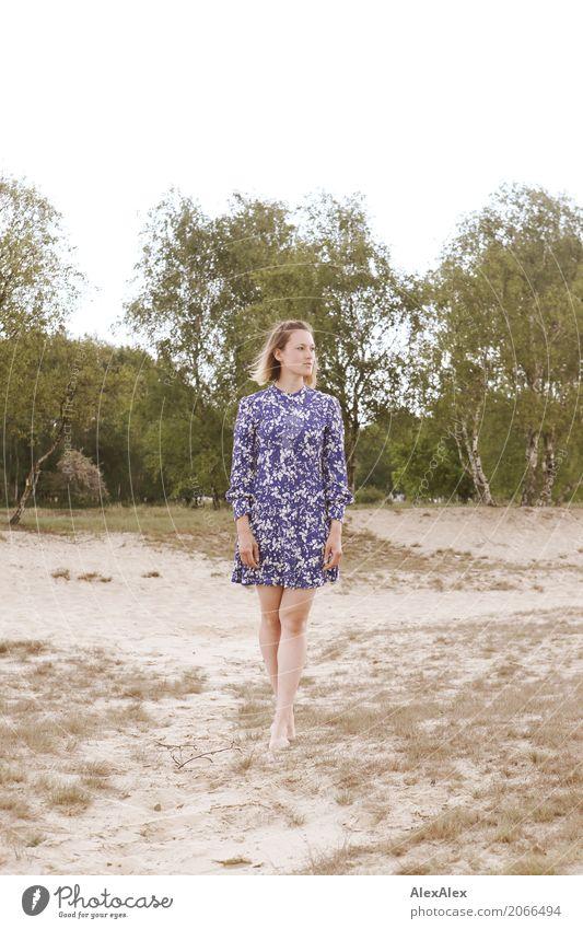 Junge Frau im Sommerkleid auf einer Düne Freude schön Sinnesorgane Erholung Ausflug Heide Jugendliche Körper Beine Fuß 18-30 Jahre Erwachsene Umwelt Natur