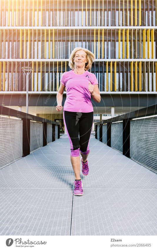 Running, always running Lifestyle Freizeit & Hobby Sport Fitness Sport-Training Joggen Frau Erwachsene Weiblicher Senior 60 und älter Stadt Brücke Architektur