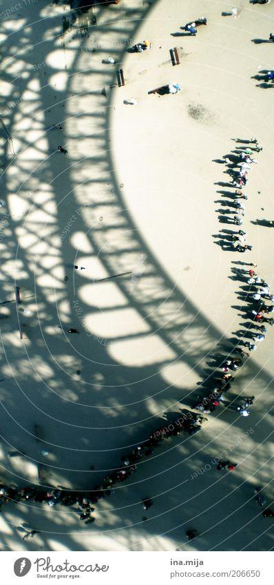 Warteschlange vor dem Eiffelturm II Mensch Stadt Ferien & Urlaub & Reisen Ferne Architektur warten Ausflug Tourismus Turm außergewöhnlich Reisefotografie