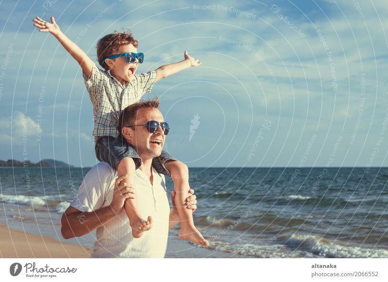 Vater und Sohn, die auf dem Strand spielen Lifestyle Freude Leben Erholung Freizeit & Hobby Spielen Ferien & Urlaub & Reisen Ausflug Abenteuer Freiheit Sommer