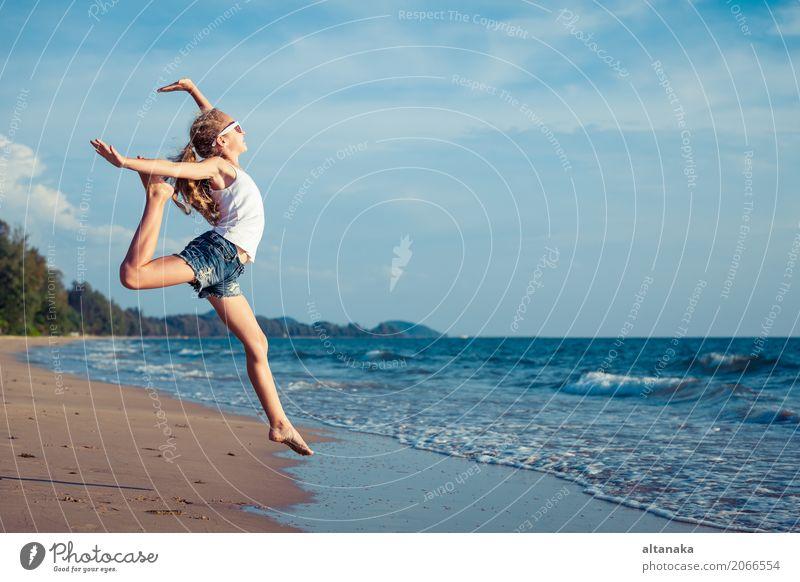 Ein jugendlich Mädchen, das auf den Strand springt Mensch Kind Frau Natur Ferien & Urlaub & Reisen Sommer Sonne Hand Meer Erholung Freude Erwachsene Lifestyle