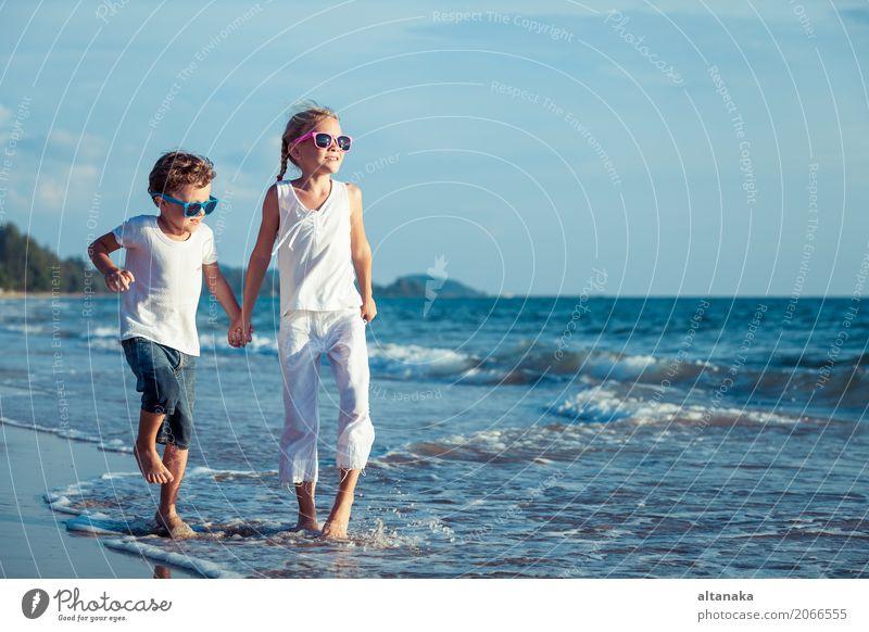 Glückliche Kinder spielen am Strand Mensch Natur Ferien & Urlaub & Reisen Sommer Sonne Hand Meer Erholung Freude Lifestyle Gefühle Sport