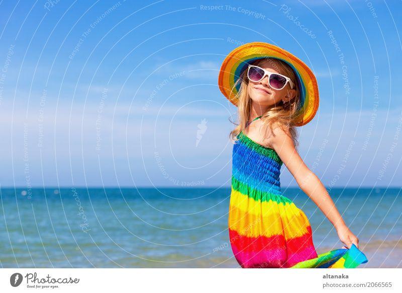 Kleines Mädchen, das auf dem Strand steht Lifestyle Freude Glück Erholung Freizeit & Hobby Spielen Ferien & Urlaub & Reisen Ausflug Abenteuer Freiheit Sommer