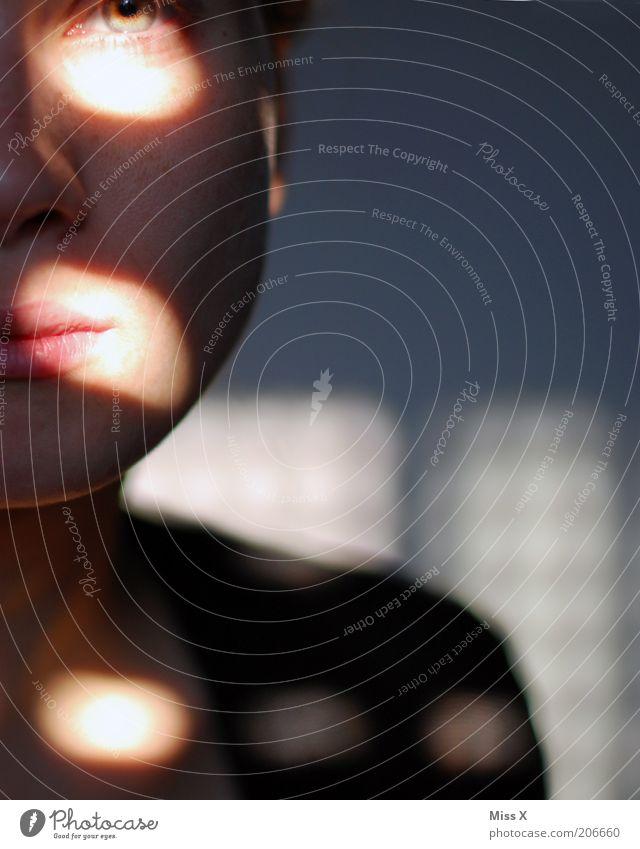 Schatten Mensch Jugendliche Gesicht Einsamkeit feminin Traurigkeit Erwachsene Punkt Sorge ernst Liebeskummer Junge Frau 18-30 Jahre