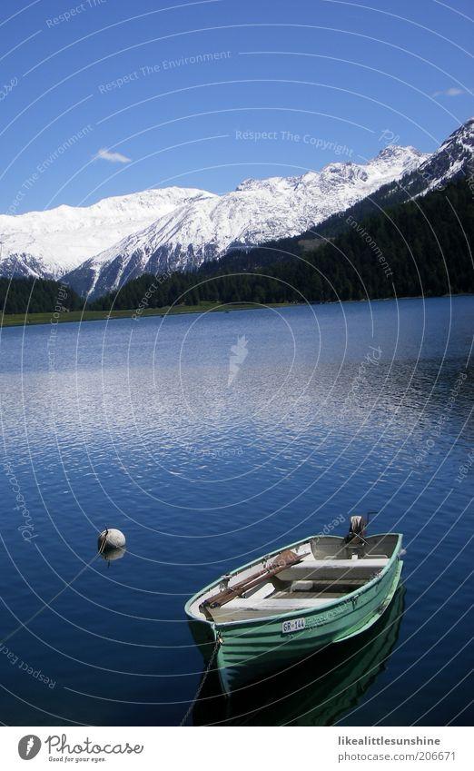 Boot Natur Wasser weiß blau Ferien & Urlaub & Reisen Berge u. Gebirge See Landschaft Wasserfahrzeug Schönes Wetter Blauer Himmel Ruderboot ankern Boje Wasseroberfläche Motorboot