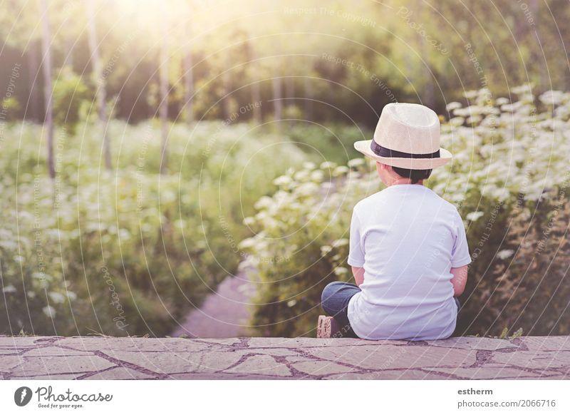 Nachdenkliches Kind Lifestyle Freude Abenteuer Freiheit Mensch maskulin Kleinkind Junge Kindheit 1 3-8 Jahre Natur Garten Park Hut Denken sitzen kuschlig