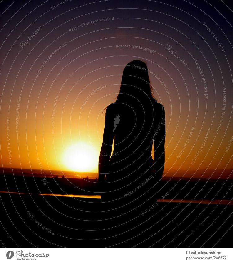 Sonnenuntergang Mensch Frau Erwachsene 1 Himmel Sonnenaufgang Küste beobachten gelb violett rot schwarz Farbfoto mehrfarbig Außenaufnahme Abend Licht Silhouette