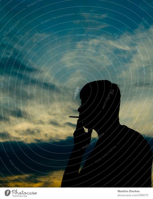 Rauchende Silhouette Mensch maskulin Junger Mann Jugendliche Erwachsene Leben 1 Drogensucht Zigarette Farbfoto Außenaufnahme Textfreiraum oben Abend Dämmerung