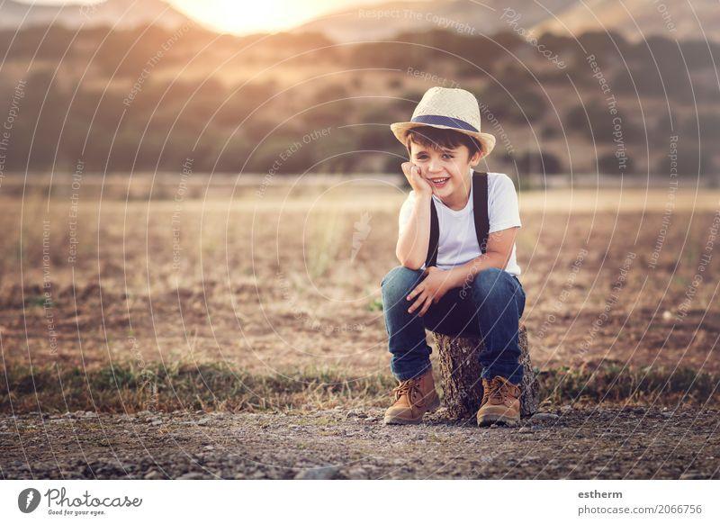 glückliches Kind Lifestyle Freude Kinderspiel Mensch maskulin Kleinkind Junge Kindheit 1 3-8 Jahre Natur Frühling Sommer Wiese Feld Hut Lächeln lachen