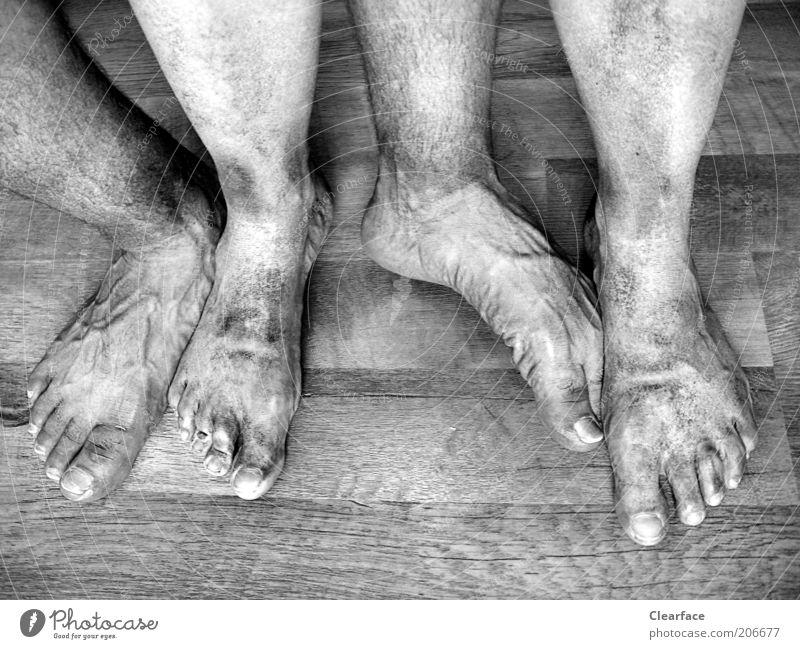 Vierfüßler Mensch alt Holz Paar Fuß dreckig Bodenbelag authentisch Team Sauberkeit 4 skurril Ekel Zehen Schwarzweißfoto Holzfußboden