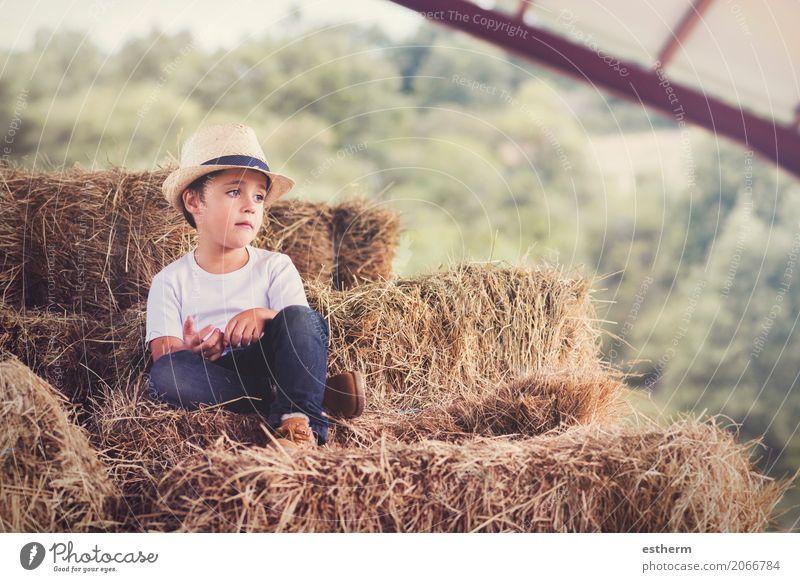 nachdenkliches Kind auf dem Gebiet Mensch Ferien & Urlaub & Reisen Sommer Einsamkeit Lifestyle Traurigkeit Frühling Liebe Gefühle Junge Freiheit Denken maskulin