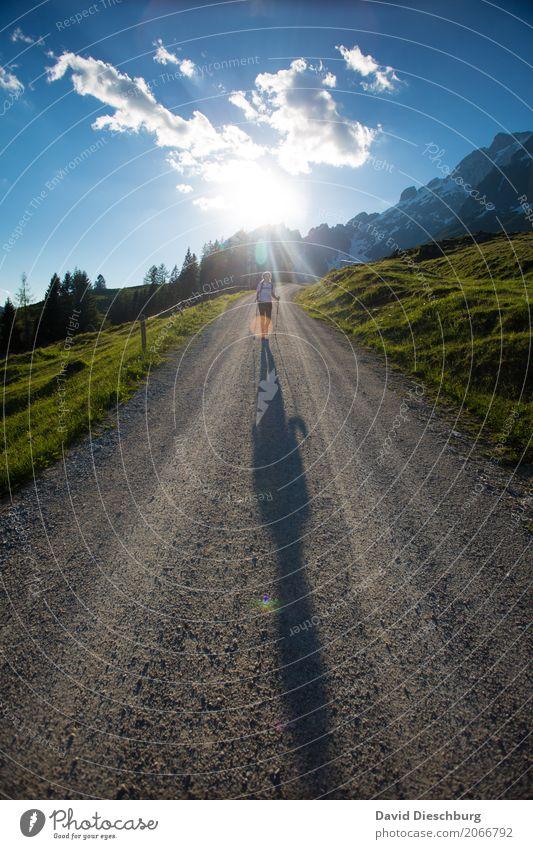 Bergab Mensch Himmel Natur Ferien & Urlaub & Reisen Pflanze Sommer Landschaft Erholung Wolken Berge u. Gebirge Frühling Wege & Pfade feminin Glück Tourismus
