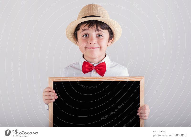 lächelndes Kind, das eine Tafel hält Lifestyle Freude Schule Schulkind Mensch maskulin Kleinkind Junge Kindheit 1 3-8 Jahre Krawatte Hut festhalten Lächeln