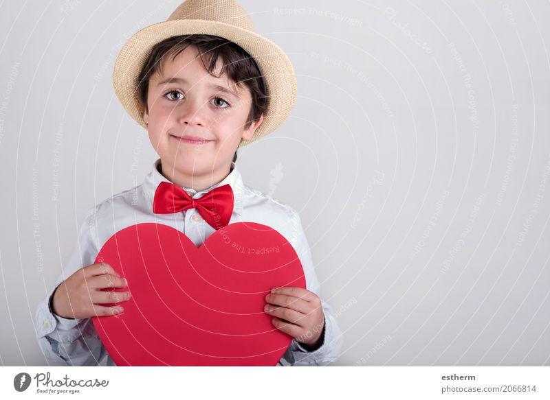 lächelnder Junge mit einem roten Herzen Lifestyle Freude Feste & Feiern Valentinstag Muttertag Mensch maskulin Kind Kleinkind Kindheit 1 3-8 Jahre Krawatte