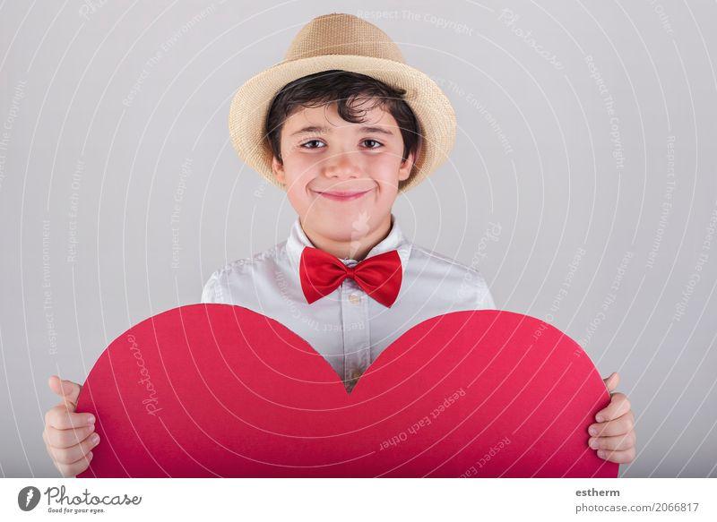 lächelnder Junge mit einem roten Herzen Lifestyle Freude Feste & Feiern Valentinstag Muttertag Mensch maskulin Kind Kleinkind Kindheit 1 3-8 Jahre Krawatte Hut