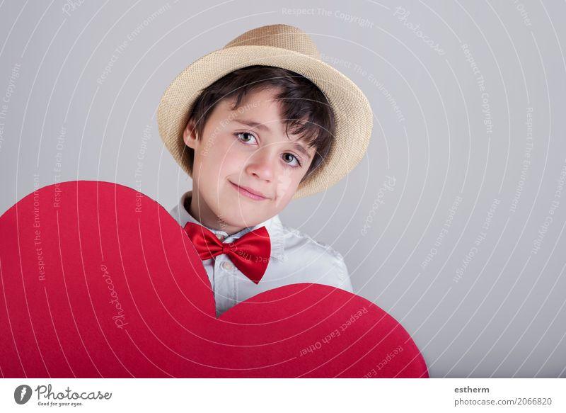 lächelnder Junge mit einem roten Herzen Lifestyle Freude Feste & Feiern Valentinstag Muttertag Mensch maskulin Kind Kleinkind 1 3-8 Jahre Kindheit Krawatte Hut