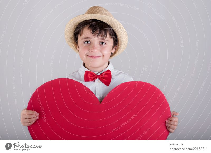 lächelnder Junge mit einem roten Herzen Mensch Kind Freude Lifestyle Liebe lustig lachen Glück Feste & Feiern Zusammensein Freundschaft maskulin Kindheit
