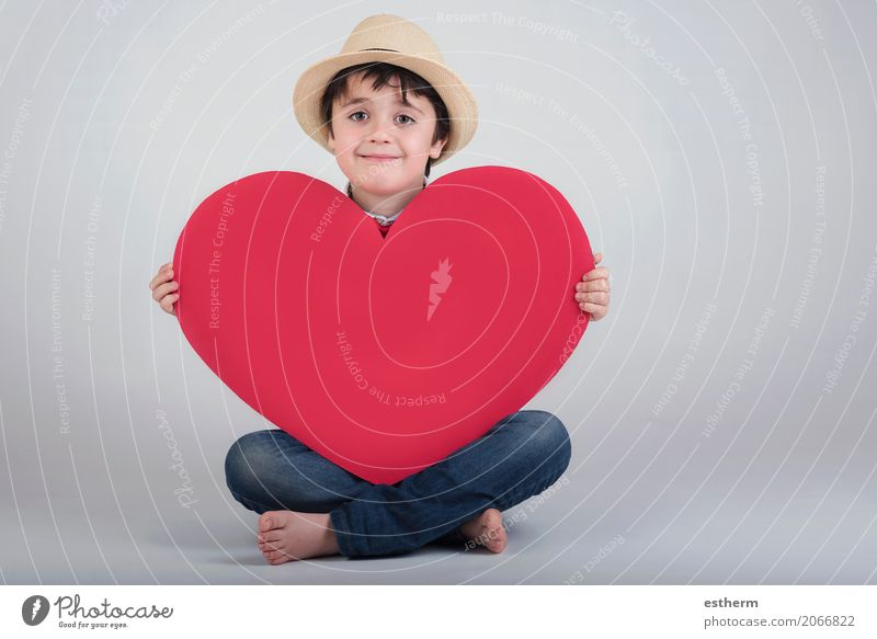lächelnder Junge mit einem roten Herzen Mensch Kind Freude Lifestyle Liebe Gefühle Feste & Feiern Zusammensein Freundschaft maskulin Kindheit Fröhlichkeit