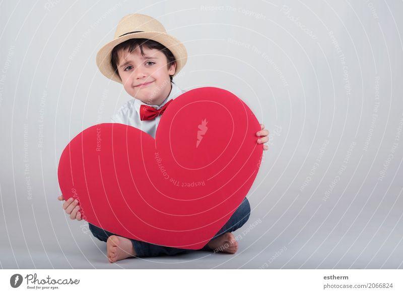 lächelnder Junge mit einem roten Herzen Lifestyle Freude Feste & Feiern Valentinstag Muttertag Mensch maskulin Kind Kleinkind Kindheit 1 3-8 Jahre Hut Küssen