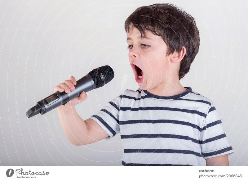 Junge, der zum Mikrofon singt Lifestyle Freizeit & Hobby Mensch maskulin Kind Kleinkind Kindheit 1 3-8 Jahre Veranstaltung Show Party Musik Konzert Bühne Sänger