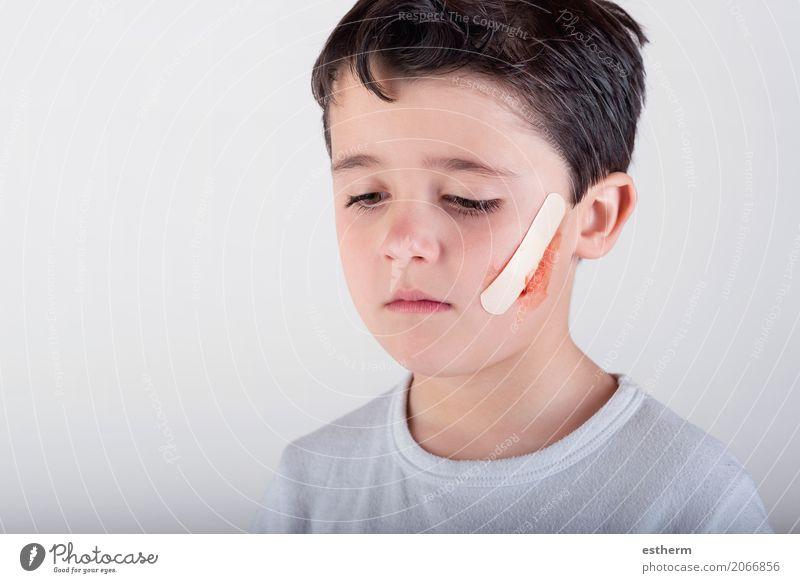 Junge mit einem Pflaster auf Seinem Gesicht Mensch Kind Einsamkeit Traurigkeit Gesundheit Gesundheitswesen Denken maskulin Angst Kindheit gefährlich bedrohlich