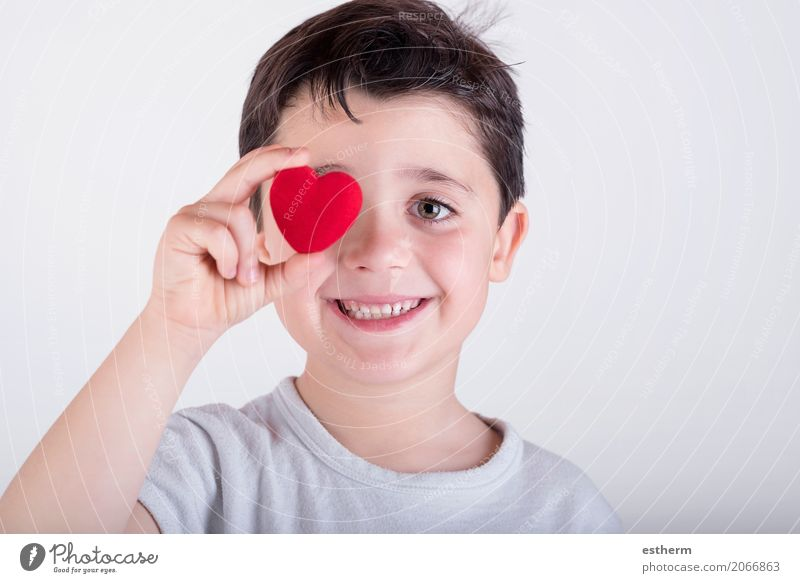 kleiner Junge bedeckt ihr Auge mit Herz Mensch Kind Leben Lifestyle Liebe Gesundheit lachen Gesundheitswesen Glück Feste & Feiern maskulin Kindheit Fröhlichkeit