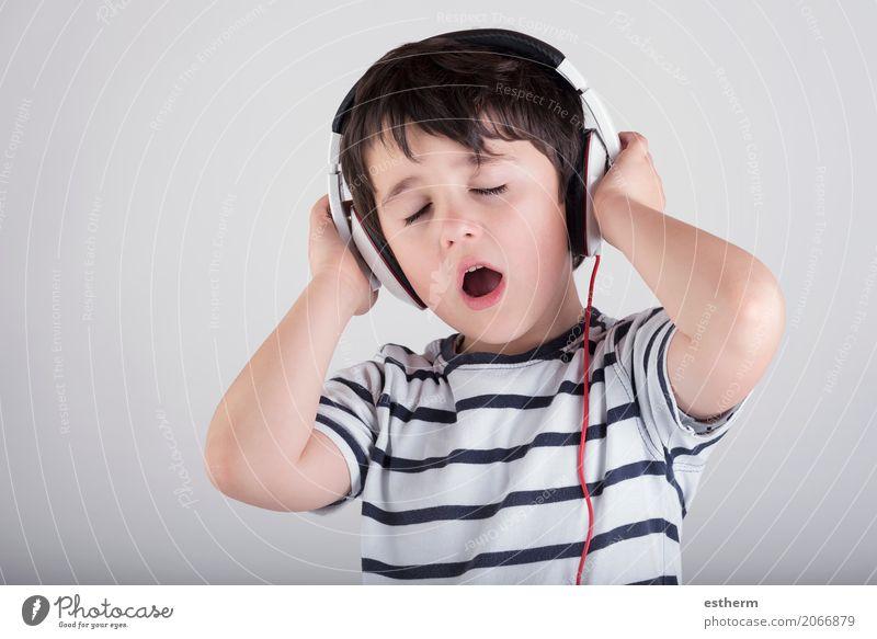 Kind mit Kopfhörern, Musik hörend Mensch Erholung Freude Junge Party Stimmung Freizeit & Hobby maskulin Kindheit Fröhlichkeit Kultur genießen Tanzen Coolness