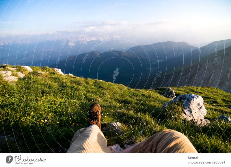 Zugspitzblick (fast) Mensch Natur Himmel grün Pflanze Sommer ruhig Wolken Ferne Erholung Wiese Gras Berge u. Gebirge Fuß Wärme Landschaft